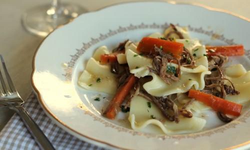 Effilochée de plat de côtes mijoté petites carottes et pâtes fantaisies