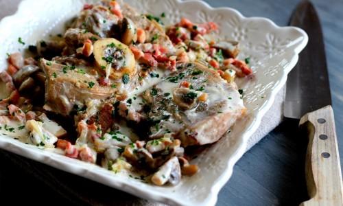 Épaule de veau à la crème, échalotes, champignons et lardons